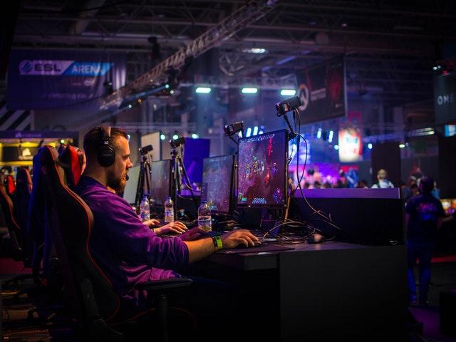 En man spelar på dator
